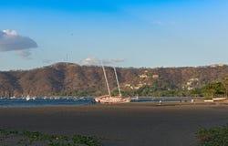 Προσαραγμένο sailboat Playas del Coco στη Κόστα Ρίκα Στοκ Εικόνες
