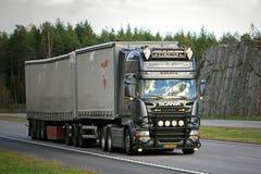Προσαρμοσμένο φορτηγό φορτίου Scania Ρ στον αυτοκινητόδρομο Στοκ Εικόνες