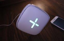 Προσαρμοστής WI-Fi για το σπίτι σε ένα όμορφο εσωτερικό Χρησιμοποιημένος για να διανείμει το Διαδίκτυο στο σπίτι στοκ εικόνα