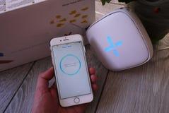 Προσαρμοστής WI-Fi για το σπίτι σε ένα όμορφο εσωτερικό Χρησιμοποιημένος για να διανείμει το Διαδίκτυο στο σπίτι στοκ εικόνα με δικαίωμα ελεύθερης χρήσης