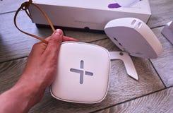 Προσαρμοστής WI-Fi για το σπίτι σε ένα όμορφο εσωτερικό Χρησιμοποιημένος για να διανείμει το Διαδίκτυο στο σπίτι στοκ φωτογραφίες
