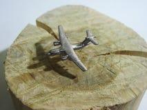 Προσγείωση ενός αεροπλάνου Σκιά στη σκιαγραφία εδάφους και αεροσκαφών Στοκ Φωτογραφίες