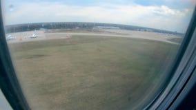 Προσγείωση ενός αεροσκάφους που παρουσιάζεται από την παραφωτίδα του απόθεμα βίντεο