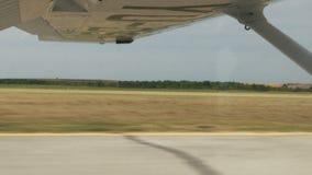 Προσγείωση μέσω του παραθύρου ενός μικρού αεροπλάνου με ένα φτερό στο πλαίσιο απόθεμα βίντεο