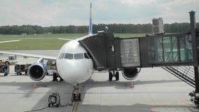 Προσγείωση στο αεροπλάνο Οι άνθρωποι περνούν μέσω του jetbridge σε μια παραγνωρισμένη αερογραμμή o απόθεμα βίντεο