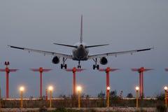 Προσγείωση στο σούρουπο Στοκ φωτογραφίες με δικαίωμα ελεύθερης χρήσης