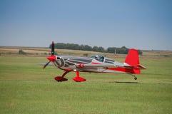 Προσγείωση του μικρού αθλητικού αεροπλάνου στον αερολιμένα Vrsac με την ολοκλήρωση της ακροβατικής πτήσης στοκ εικόνες