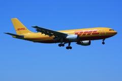 προσγείωση DHL αεροσκαφών Στοκ Φωτογραφίες