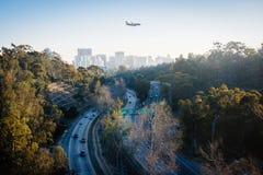 Προσγειωμένος αεροπλάνο πέρα από τη διαδρομή 163 Καλιφόρνιας και τον ουρανό του Σαν Ντιέγκο στοκ εικόνα