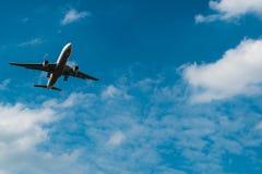 Προσγειωμένος αεροπλάνο στο μπλε ουρανό Στοκ φωτογραφία με δικαίωμα ελεύθερης χρήσης