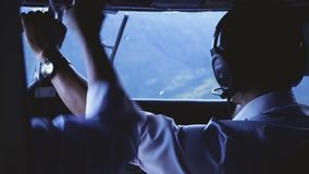 Προσγειωμένος αεροσκάφη στον αερολιμένα tenzing-Χίλαρυ σε Lukla Ο αερολιμένας σε Lukla είναι ο πιό επικίνδυνος αερολιμένας στον κ απόθεμα βίντεο