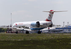 Προσγειωμένος αυστριακό Fokker 100 αερογραμμών βελών αεροσκάφη Στοκ φωτογραφία με δικαίωμα ελεύθερης χρήσης