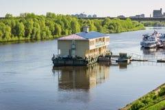 Προσγειωμένος στάδιο στον ποταμό για τον ελλιμενισμό των βαρκών cruis Στοκ φωτογραφίες με δικαίωμα ελεύθερης χρήσης