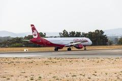 Προσγειωμένο αεροπλάνο στο διεθνή αερολιμένα Faro, Πορτογαλία Στοκ Εικόνες