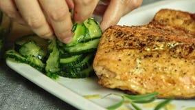 Προσδιορισμός τροφίμων γυναικών και ψάρια σολομών μαγειρέματος με το ρύζι και το αγγούρι φιλμ μικρού μήκους