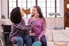 Προσεκτική ακρωτηριασμένη γυναίκα που ισχύει makeup στο κορίτσι Στοκ εικόνες με δικαίωμα ελεύθερης χρήσης