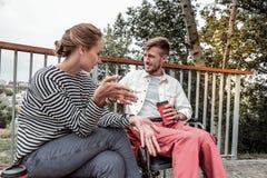 Προσεκτική γενειοφόρος συνεδρίαση ατόμων στην αναπηρική καρέκλα του στοκ φωτογραφία με δικαίωμα ελεύθερης χρήσης