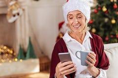 Προσεκτική γυναίκα συνταξιούχων που ελέγχει το ηλεκτρονικό ταχυδρομείο της Στοκ Εικόνες