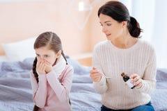 Προσεκτική μητέρα που πείθει το παιδί της για να πιει το μίγμα Στοκ φωτογραφία με δικαίωμα ελεύθερης χρήσης