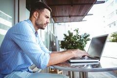 Προσεκτικός επιχειρηματίας που χρησιμοποιεί το lap-top του Στοκ φωτογραφία με δικαίωμα ελεύθερης χρήσης