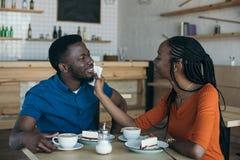 προσεκτικός καθαρίζοντας φίλος γυναικών αφροαμερικάνων στοκ εικόνες με δικαίωμα ελεύθερης χρήσης