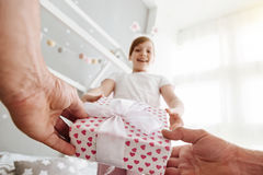 Προσεκτικός καλός γονέας που δίνει στο παιδί του ένα παρόν Στοκ Εικόνες