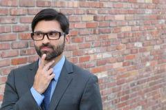 Προσεκτικό άτομο που παίρνει μια απόφαση που κοιτάζει μακριά με το διάστημα αντιγράφων Στοκ εικόνες με δικαίωμα ελεύθερης χρήσης
