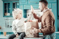 Προσεκτικό ξανθό παιχνίδι παιδιών με τον μπαμπά από κοινού στοκ φωτογραφίες με δικαίωμα ελεύθερης χρήσης