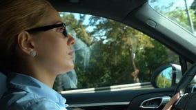 Προσεκτικό οδηγώντας αυτοκίνητο επιχειρησιακής κυρίας, κανόνες κυκλοφορίας και ασφάλεια στους δρόμους απόθεμα βίντεο