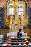 Προσευμένος γυναίκα στην εκκλησία Στοκ Εικόνες