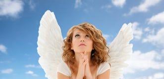 Προσευμένος εφηβικό κορίτσι αγγέλου ή νέα γυναίκα Στοκ εικόνα με δικαίωμα ελεύθερης χρήσης