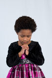Προσευμένος κορίτσι αφροαμερικάνων Στοκ φωτογραφία με δικαίωμα ελεύθερης χρήσης