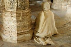 Προσευμένος μοναχός insaid ο ναός Jain στην Ινδία Στοκ Εικόνα
