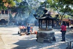 Προσευμένος στο βουδιστικό ναό, Po Lin μοναστήρι στο Χονγκ Κονγκ Στοκ φωτογραφίες με δικαίωμα ελεύθερης χρήσης