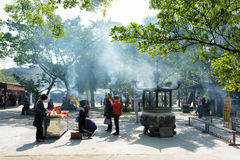 Προσευμένος στο βουδιστικό ναό, Po Lin μοναστήρι στο Χονγκ Κονγκ Στοκ Εικόνες