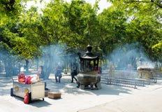 Προσευμένος στο βουδιστικό ναό, Po Lin μοναστήρι στο Χονγκ Κονγκ Στοκ εικόνες με δικαίωμα ελεύθερης χρήσης