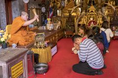 2018-01-14 προσευχή στο ναό Wat Phra που Doi Suthep, chiang Στοκ φωτογραφία με δικαίωμα ελεύθερης χρήσης