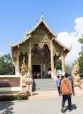 Προσεύχεται για μια θρησκευτική τελετή στον ταϊλανδικό ναό κατά τη διάρκεια του touri Στοκ Φωτογραφία