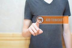 Προσθέστε στο καλάθι - κουμπί συμπίεσης χεριών ατόμων στοκ εικόνες