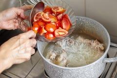 Προσθέστε την ντομάτα Στοκ εικόνα με δικαίωμα ελεύθερης χρήσης