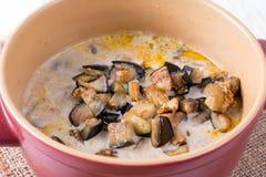 Προσθέστε τη μελιτζάνα στα λαχανικά στο τηγάνι Στοκ εικόνα με δικαίωμα ελεύθερης χρήσης