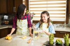 Προσθήκη κάποιας ζάχαρης σε μια κανάτα της λεμονάδας στοκ φωτογραφίες με δικαίωμα ελεύθερης χρήσης