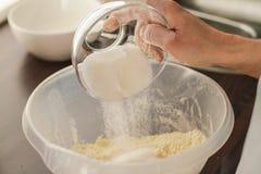 Προσθήκη της ζάχαρης σε μια ζύμη στοκ φωτογραφίες με δικαίωμα ελεύθερης χρήσης