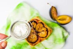 Προσθήκη της ζάχαρης στη γλυκιά φέτα πιτών Στοκ Φωτογραφίες