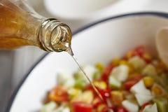 Προσθήκη της σάλτσας στη σαλάτα Στοκ Εικόνες