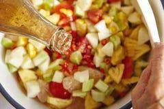 Προσθήκη της σάλτσας στη σαλάτα Στοκ φωτογραφίες με δικαίωμα ελεύθερης χρήσης