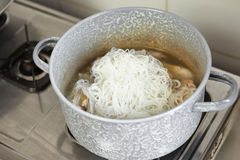 Προσθήκη του νουντλς ρυζιού Στοκ Φωτογραφία