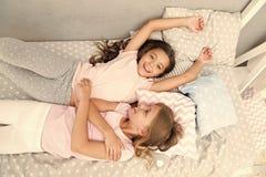Προσκαλέστε το φίλο για το sleepover Καλύτεροι φίλοι για πάντα Εξετάστε slumber θέματος το κόμμα Slumber άχρονη παιδική ηλικία κο στοκ φωτογραφία