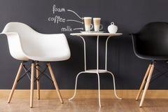 Προσκαλέστε τους φίλους σας για έναν καφέ στοκ εικόνα