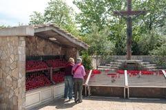 Προσκυνητές, κεριά και ιερός σταυρός Στοκ Φωτογραφία